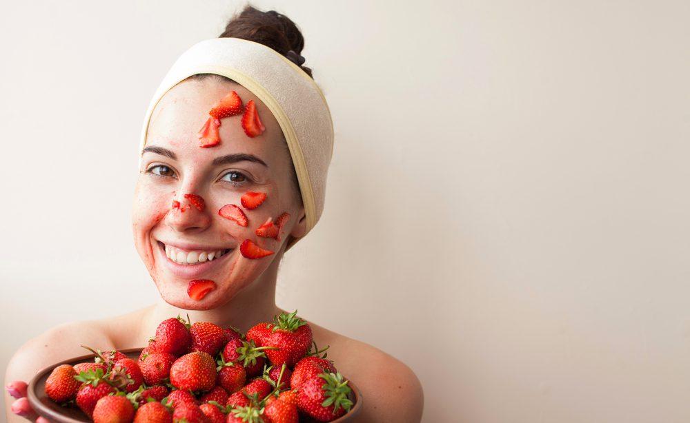 Θέλεις πρόσωπο χωρίς ακμή; Φτιάξε το απόλυτο scrub με φράουλες!