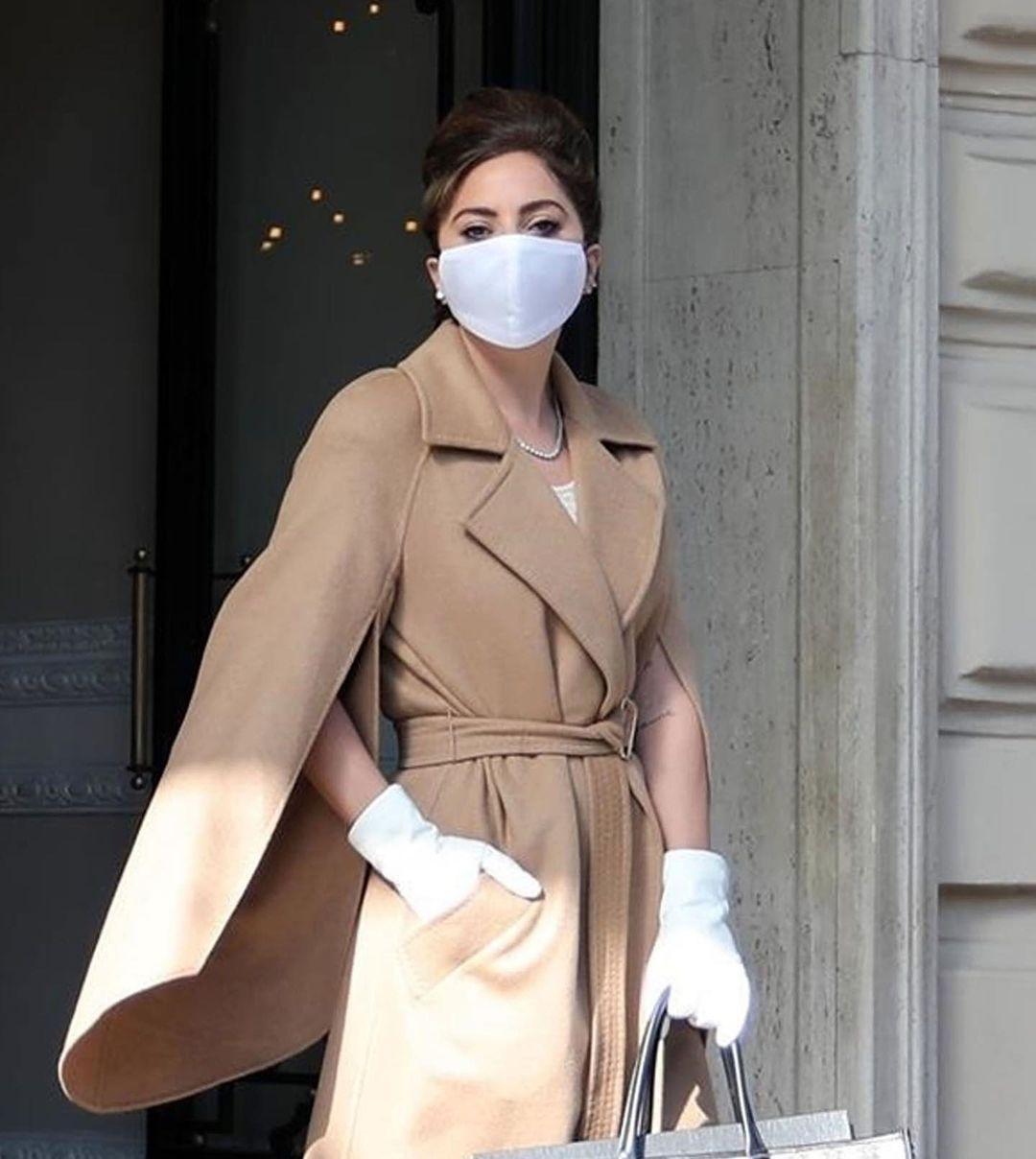 Lady Gaga: Με καστανά μαλλιά και το τέλειο Max Mara παλτό στη Ρώμη