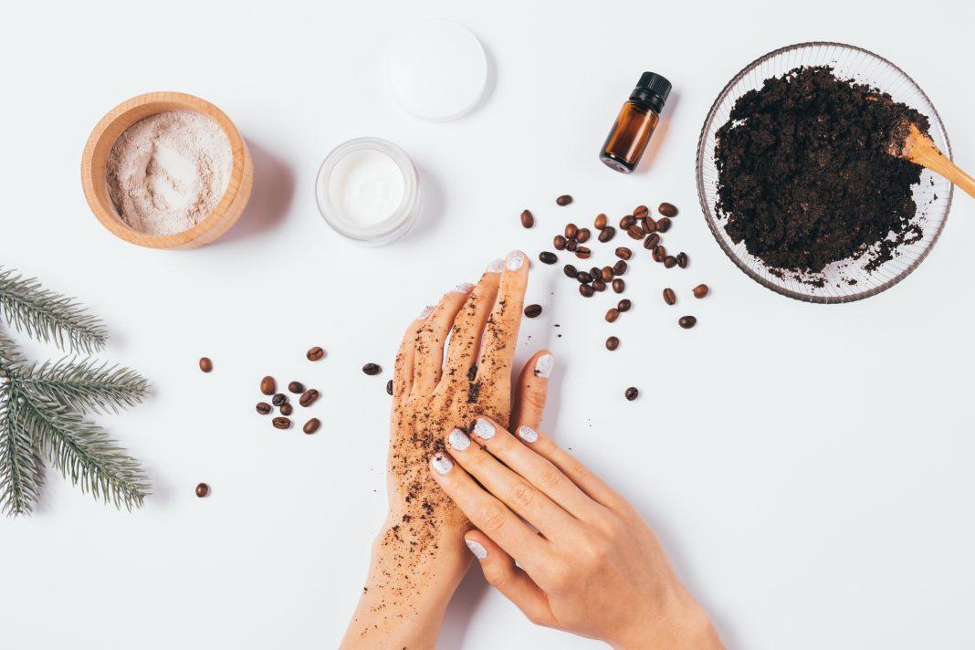 Αποκτήστε απαλό και λαμπερό δέρμα στη στιγμή! - Τα απίστευτα οφέλη του scrub με καφέ
