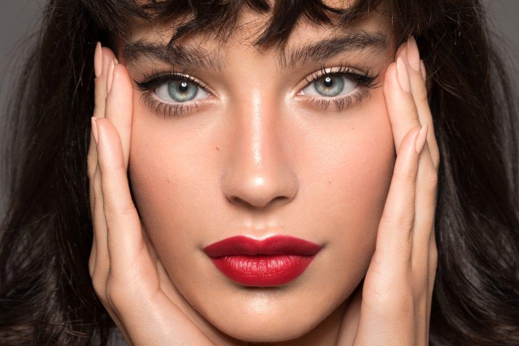 Μακιγιάζ: Ζουμερά και σαρκώδη χείλη με έντονο κραγιόν