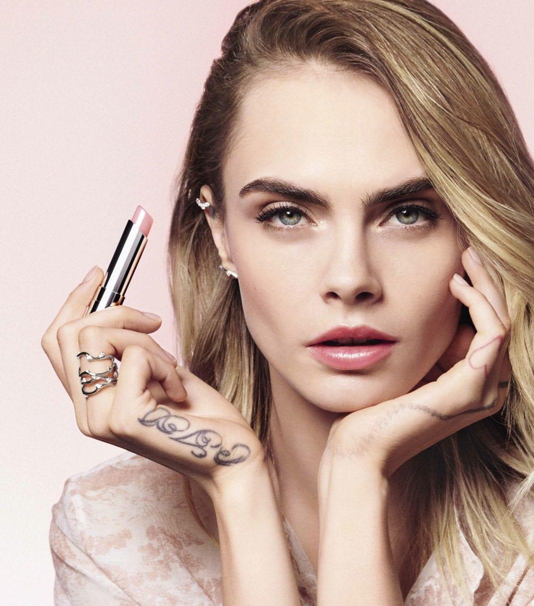 H Cara Delevigne πρωταγωνιστεί στη νέα καμπάνια του Lip Glow του οίκου Dior