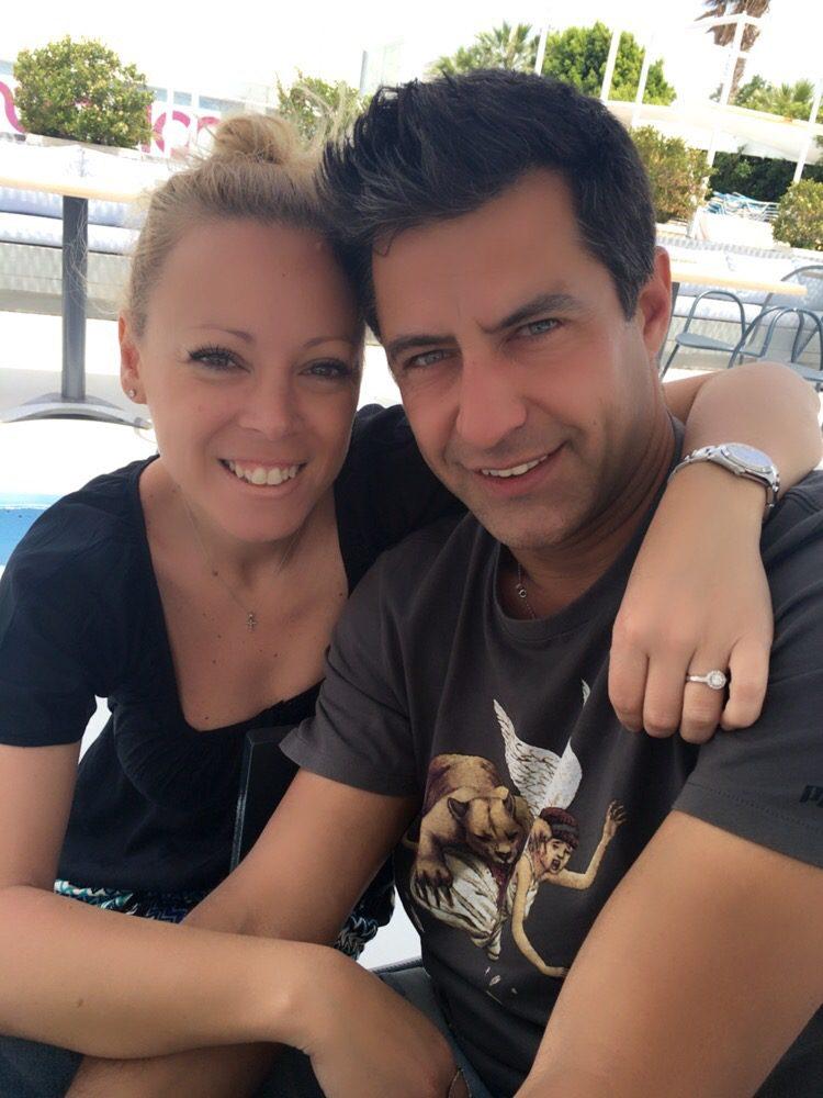 """Κωνσταντίνος Αγγελίδης: Η ζωή του παρουσιαστή σήμερα, το μοιραίο τροχαίο ατύχημα και η σύζυγός """"βράχος"""" Εβελίνα Βαλσάμη"""