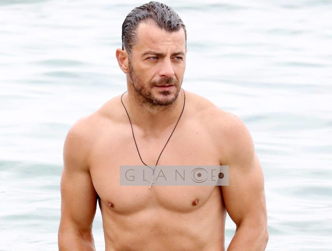 Γιώργος Αγγελόπουλος: Βουτιές σε παραλία της Μυκόνου με φίλους