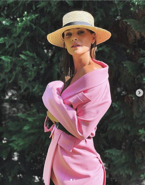 Think Pink: Η Υβόννη Μπόσνιακ φόρεσε το πιο girly χρώμα του καλοκαιριού