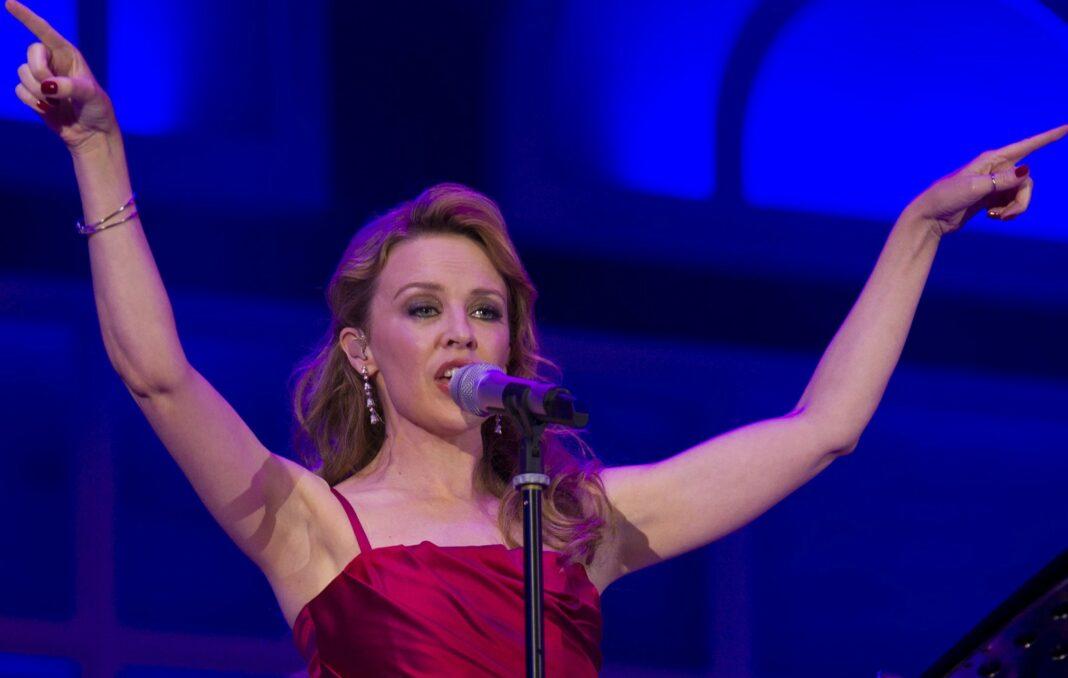Kylie Minogue: Επέστρεψε στην Αγγλία και στην αγκαλιά του συντρόφου της μετά από 9 μήνες
